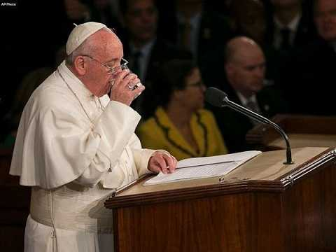 Giáo hoàng Francis uống nước khi phát biểu tại tòa nhà Quốc hội Mỹ