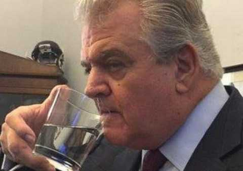 Cốc nước mà Giáo hoàng sử dụng sau đó đã bị hạ nghị sỹ đảng Dân chủ Bob Brady đánh cắp