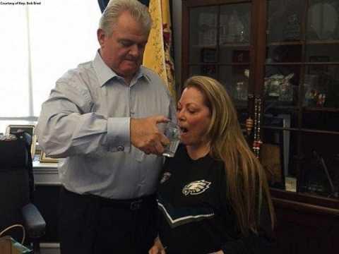Ông Brady sau đó còn chia nước cho vợ và nhân viên