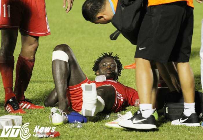 Abass bị chấn thương nặng sau pha vào bóng của Thanh Hào (Ảnh: Hoàng Tùng)