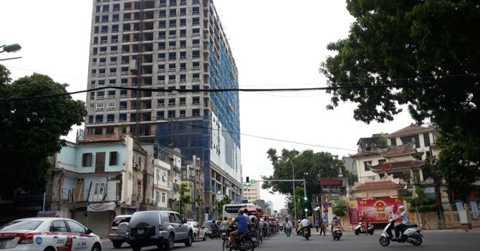Dự án 8B Lê Trực (nằm đối diện UBND phường Điện Biên) từng bị UBND quận Ba Đình (Hà Nội) xử phạt 40 triệu đồng vì xây dựng không có giấy phép xây dựng.