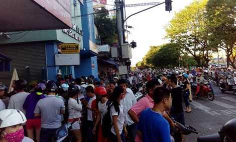 Rất đông người dân đến theo dõi vụ việc.