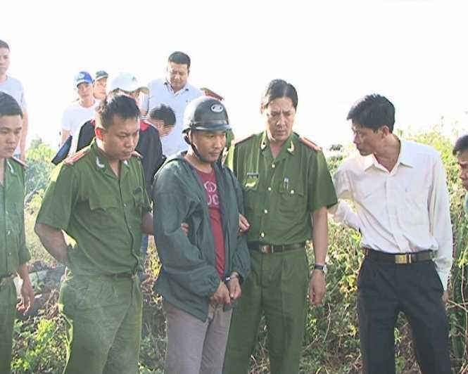 Kiều Quốc Huy được dẫn giải tới hiện trường vụ giết người vứt thi thể xuống giếng - Ảnh: Gia Bảo