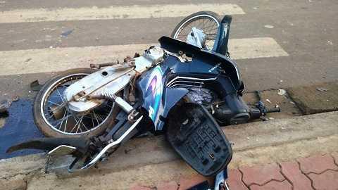Xe máy màu xanh bị ô tô kéo lê hàng chục mét, hư hỏng nặng