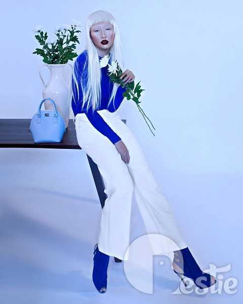 Tông màu chủ đạo của bộ hình là trắng và xanh dương đã tạo nên sự hài hoà, cân bằng giữa tính ma mị đáng sợ của gương mặt với sắc màu thanh bình, tinh khôi của trang phục.