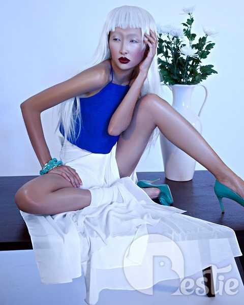 Thanh Khoa toát lên vẻ liêu trai như các nhân vật trong truyền thuyết. Cô nàng thẫn thờ với mái tóc trắng xõa cùng chiếc áo yếm xinh xắn và váy voan dài thướt tha.