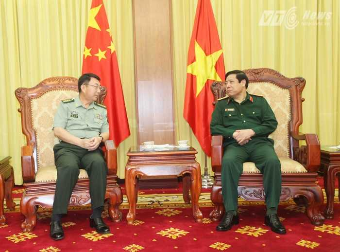 Đại tướng Phùng Quang Thanh chúc mừng Đại tá Chân Trung Hưng hoàn thành tốt đẹp nhiệm kỳ công tác tại Việt Nam - Ảnh: Hồng Pha