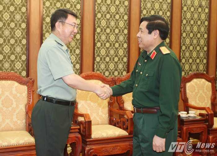 Đại tướng Phùng Quang Thanh và Đại tá Chân Trung Hưng - Ảnh: Hồng Pha