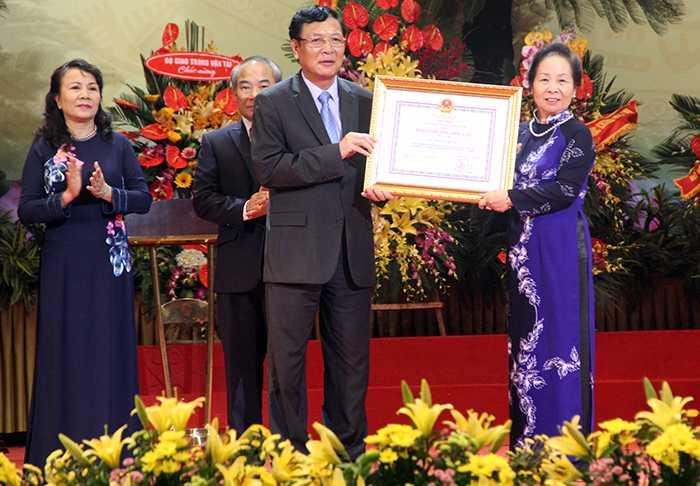 Bộ trưởng Bộ GD&ĐT Phạm Vũ Luận cùng các vị lãnh đạo, Ban cán sự Đảng Bộ GD&ĐT trân trọng đón nhận Huân chương Độc Lập hạng Nhất (Ảnh: Phạm Thịnh)