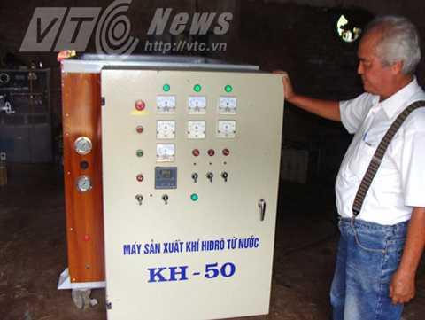 Ông Vũ Hồng Khánh bên chiếc máy điều chế nước thành hydro đầu tiên mà ông chế tạo