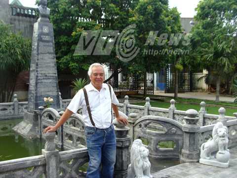 Ông Khánh bên ngôi mộ mà ông tự xây dựng cho vợ chồng ông