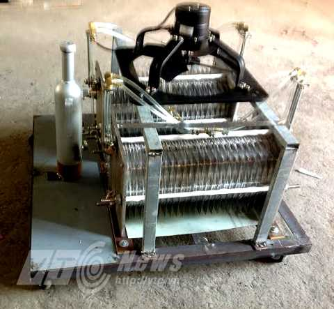 Chiếc máy sản xuất hydro từ nước rất nhỏ gọn do ông Khánh chế tạo