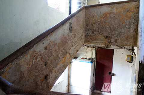 Dọc hành lang của khu nhà, hầu hết các mảng tường đều đã bị bong tróc, khu nhà cũng đang trong tình trạng nghiêng lún, thậm chí có chỗ thành tường hở cả lõi sắt.