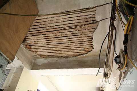 Một mảng trần lớn của ngôi nhà đã bị đổ sập, người dân mỗi khi qua đây phải đi thật nhanh, tránh vữa rơi vào đầu.