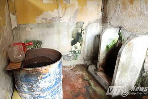 Càng bất tiện hơn nữa, là mỗi tầng chỉ có 1 nhà vệ sinh đi chung, mỗi buổi sáng thường diễn ra cảnh xếp hàng, chờ nhau để sử dụng nhà vệ sinh lần lượt như thời bao cấp. Tuy được lau dọn thường xuyên nhưng vẫn hôi hám, bẩn thỉu vì liên tục bị ngấm nước từ nhà vệ sinh tầng trên xuống.