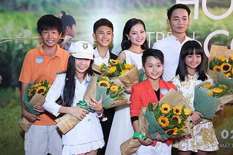 Khánh Hiền cùng chụp hình kỷ niệm với dàn diễn viên nhí trong phim Lâm Thanh Mỹ, bé Thịnh Vinh và các diễn viên khác.