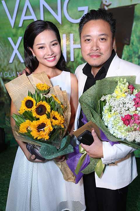 Nữ diễn viên tranh thủ lưu giữ kỷ niệm với đạo diễn của phim - Victor Vũ.