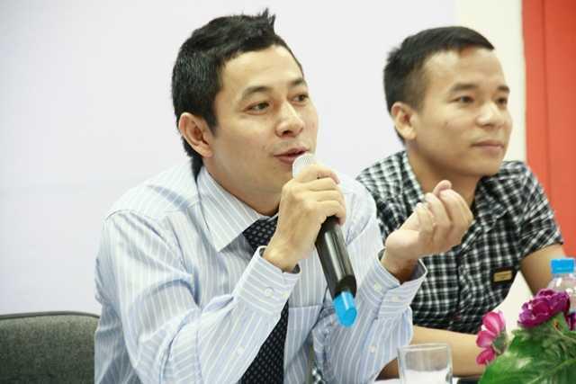 Ông Lê Hồng Hải - Giám đốc Hệ thống Đào tạo Lập trình viên Quốc tế Aprotrain-Aptech trao đổi với các lập trình viên trẻ.