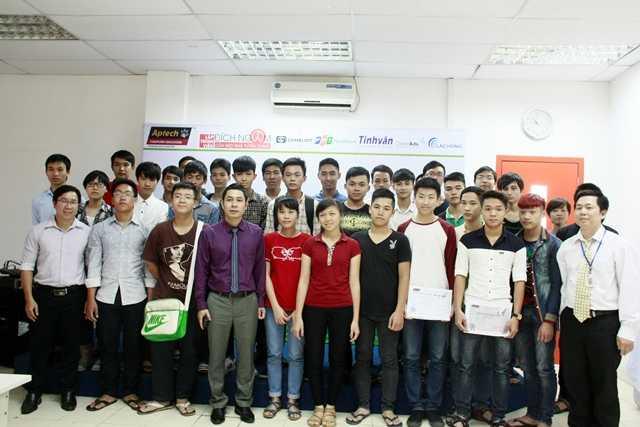 Ông Lê Hồng Hải chụp ảnh cùng các sinh viên, lập trình viên