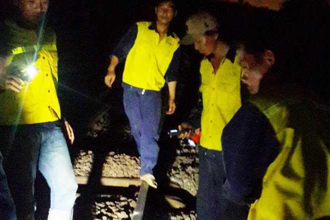 Đội Quản lý đường sắt Bình Thuận (thuộc Công ty Quản lý đường sắt Sài Gòn) tiếp tục khắc phục đoạn đường ray vị trí toa tàu bị nạn lúc 0g20 sáng 30-9 để các đoàn tàu Bắc - Nam tiếp tục lăn bánh - Ảnh: NGUYỄN NAM