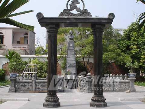 Trung tâm phần mộ mà ông Khánh tự xây dựng cho vợ chồng ông