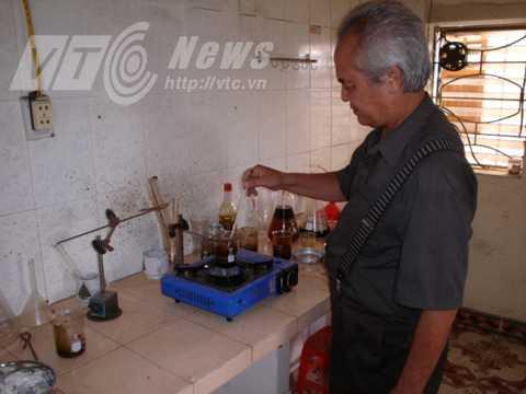 Ông Khánh trong phòng thí nghiệm biến rác thải thành dầu