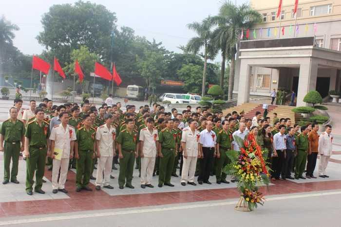 Các cán bộ, giảng viên và học viên đã, đang học tập và công tác tại Học viện Cảnh sát Nhân dân dâng hương tại Quảng trường Hồ Chí Minh