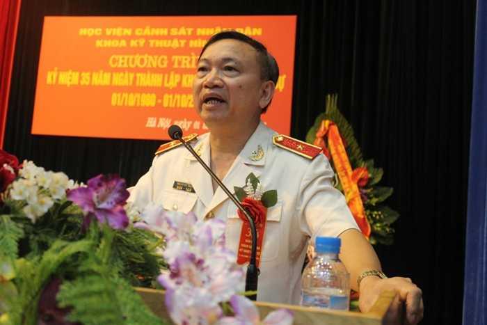 Thiếu tướng, GS.TS Nguyễn Huy Thuật (Phó Giám đốc Học viện Cảnh sát Nhân dân) chúc mừng những thành tích Khoa kỹ thuật hình sự đã đạt được trong 35 năm qua