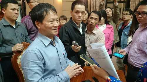 Ông Phan Đăng Long trả lời phóng viên bên lề một cuộc họp giao ban báo chí tại Thành ủy Hà Nội.