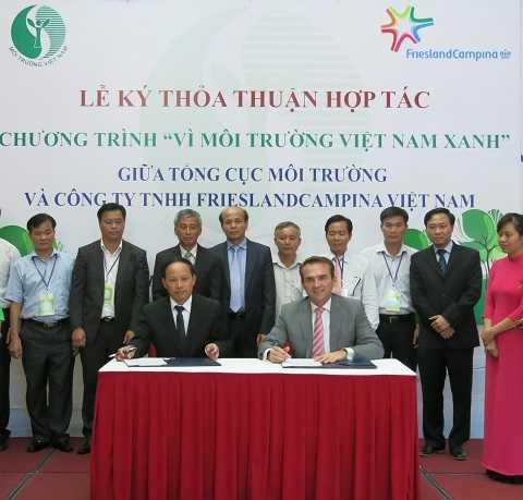 Ông Nguyễn Văn Tài - Tổng cục trưởng Tổng cục môi trường và ông Arnoud Van Den Berg - TGĐ FrieslandCampina Việt Nam ký hợp tác thỏa thuận