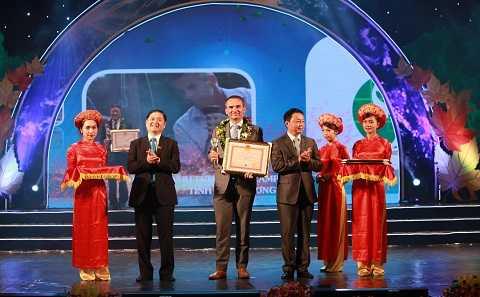 Ông Arnoud Van Den Berg - TGĐ FrieslandCampina Việt Nam nhận bằng khen của Bộ tài nguyên và môi trường
