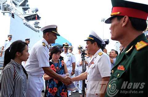 Lễ đón tại chân cầu cảng Tiên Sa (Đà Nẵng) với sự tham dự của đại diện phía Việt Nam