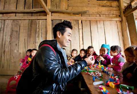MC Nguyên Khang rất năng nổ trong các hoạt động thiện nguyện, giúp đỡ trẻ em nghèo.