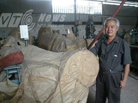 Ông Khánh bên một dây chuyền tự động sản xuất vành xe đạp inox đã đắp chiếu từ năm 2003