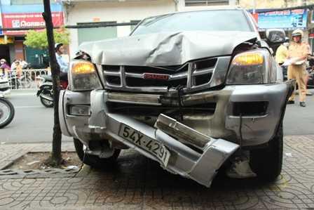 Chiếc ô tô bán tải bị hư hỏng nặng phần đầu.