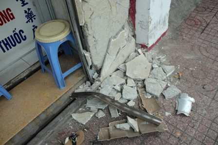 Bức tường bị tông bể 1 khoảng lớn.