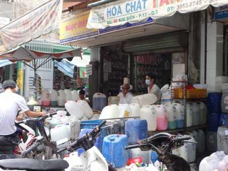 Hóa chất được bày bán tràn lan tại chợ Kim Biên.