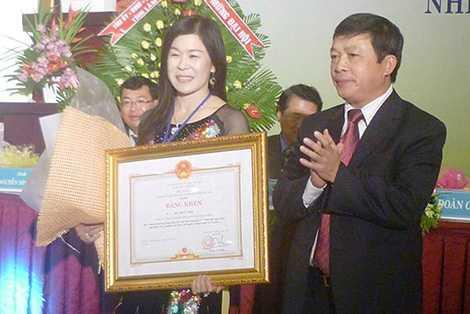 Bà Hà Thúy Linh trong một lần nhận bằng khen từ Chủ tịch UBND tỉnh Lâm Đồng