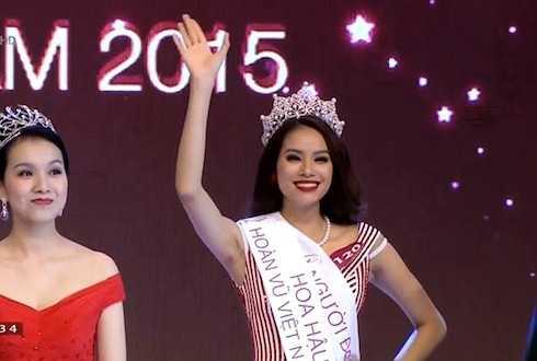 Giây phút đăng quang của Phạm Hương (ảnh: Ngôi sao)