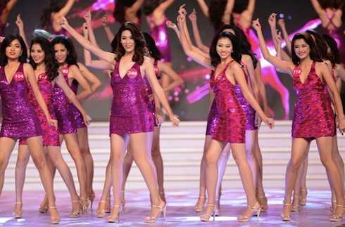 Màn đồng diễn nóng bỏng của các thí sinh trong đêm Chung kết. (ảnh: Ngôi sao)