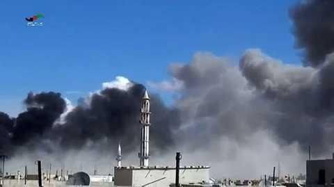 Khói bốc lên từ các cuộc không kích tại thị trấn Talbisseh, tỉnh Homs, Syria. (Nguồn: AFP/TTXVN)