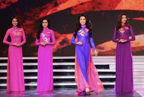 Phần thi áo dài của các thí sinh HHHV VN 2015. (ảnh: Ngôi sao)