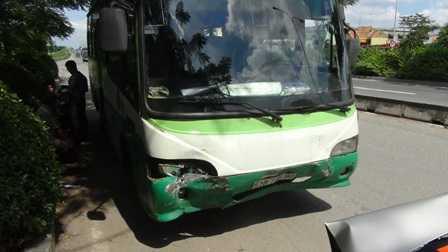 Chiếc xe buýt hư nặng ở phần đầu.