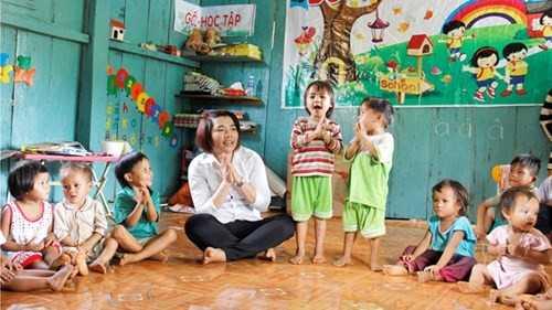 Các em nhỏ ở thôn 3 Đèn Pin (xã Trà Leng, Nam Trà My, Quảng Nam) được học tập, vui chơi trong ngôi trường kiên cố, ấm áp do cô giáo Thoa vận động xây dựng.
