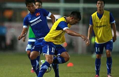 HLV Miura truyền bí quyết cho cầu thủ: chơi ít chạm và xử lý bóng đơn giản