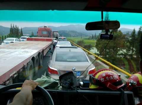 Xe cứu thương bị mắc kẹt giữa các phương tiện khác ngay trên đường ưu tiên