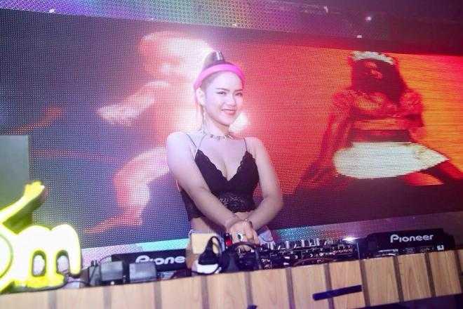 DJ Subi nhận được hàng ngàn lượt thích và bình luận sau khi chia sẻ những bức ảnh này trên trang cá nhân facebook. Cô tên thật là Hoàng Thị Lệ Thu, đến từ TP.HCM.