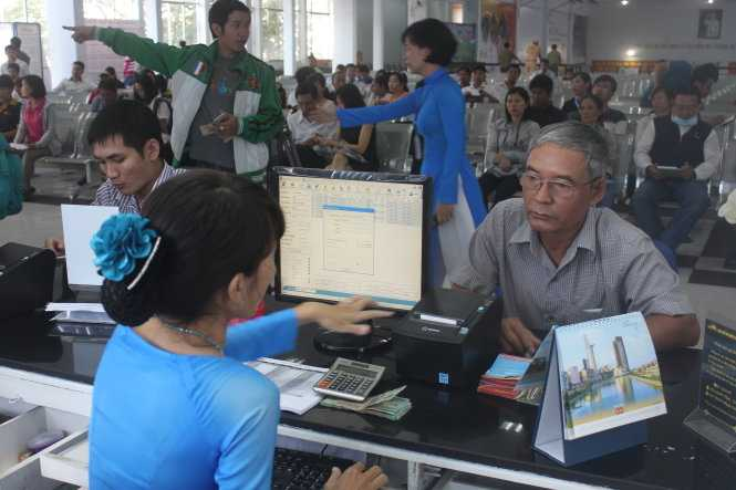 Người dân mua vé tàu tết tại ga Sài Gòn sáng 1/10 - Ảnh: Đức Phú