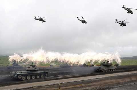 Xe tăng và trực thăng chiến đấu Nhật Bản trong một cuộc tập trận
