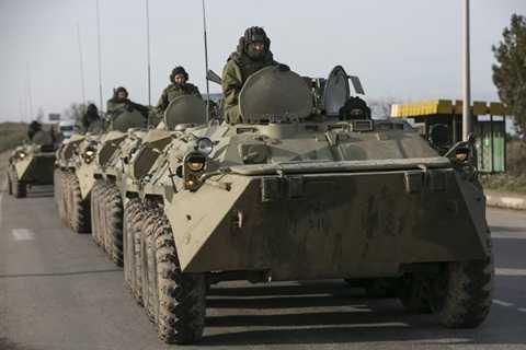 Xe tăng của Nga trên con đường gần thành phố cảng Crưm tháng 3/2014